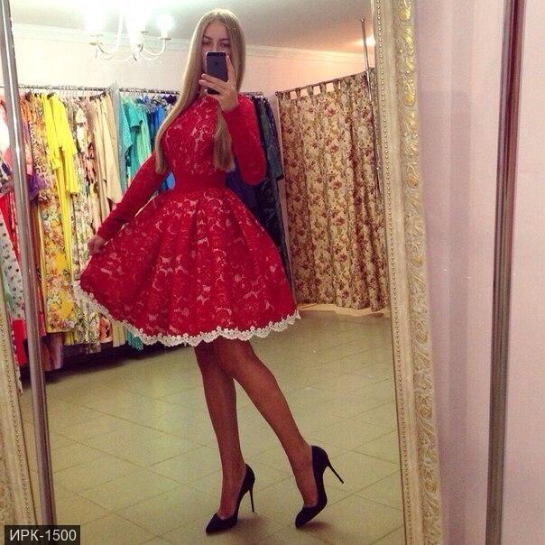 Платье из красного гипюра и кружева